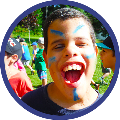 Bienfaits des camps d'été - enfant avec maquillage dans un camp d'été, cercle bleu
