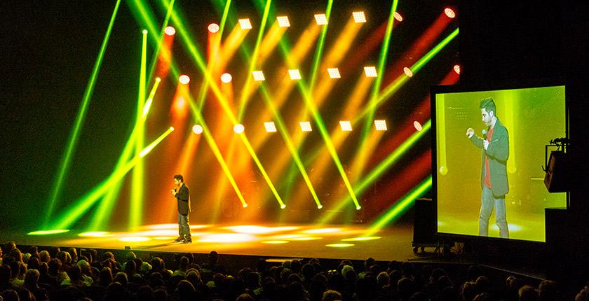 Blogue Humour au profit des jeunes aveugles - humoriste sur scène et rayons de lumière