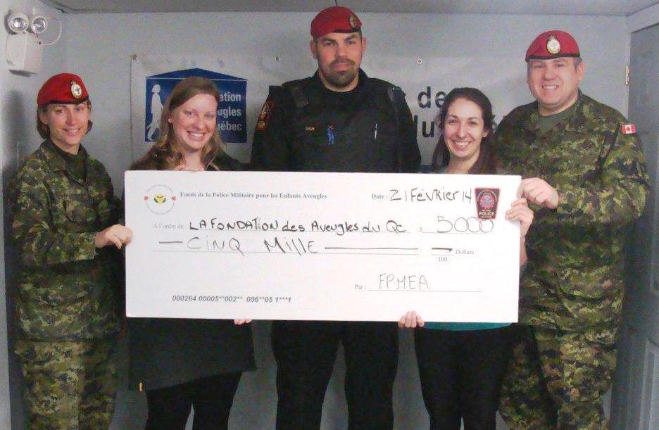 La police militaire remet un chèque de 5000$