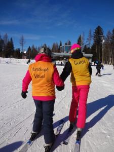 Article Retour aux sources, guide et skieur aveugle en direction de la piste