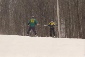 Article Retour aux sources, guide et skieur aveugle en haut d'une piste