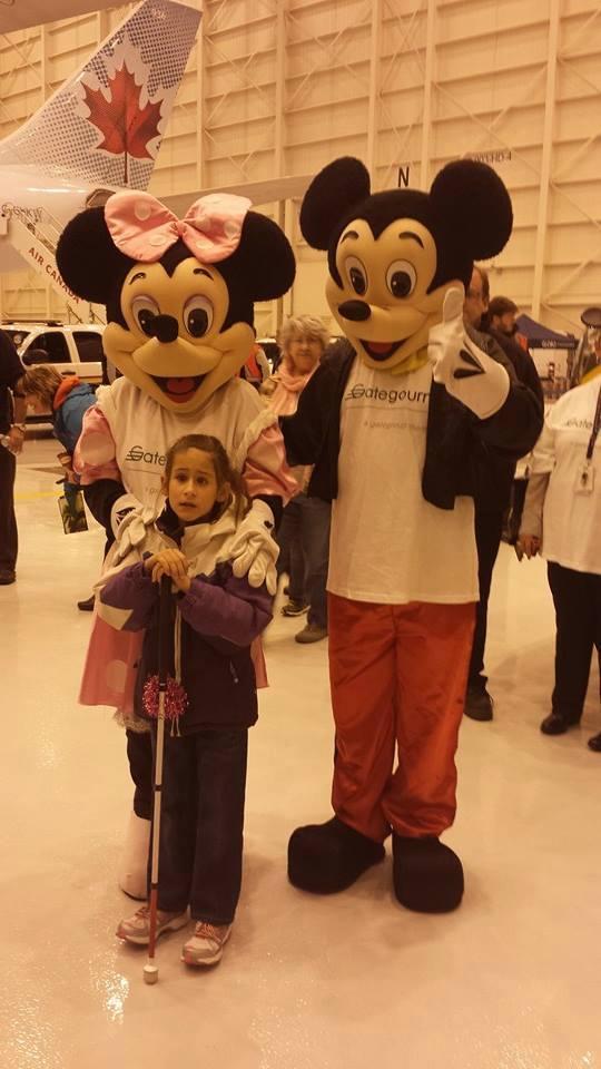 Voyage de rêve à Disney - petite fille avec Mickey Mouse et Minnie