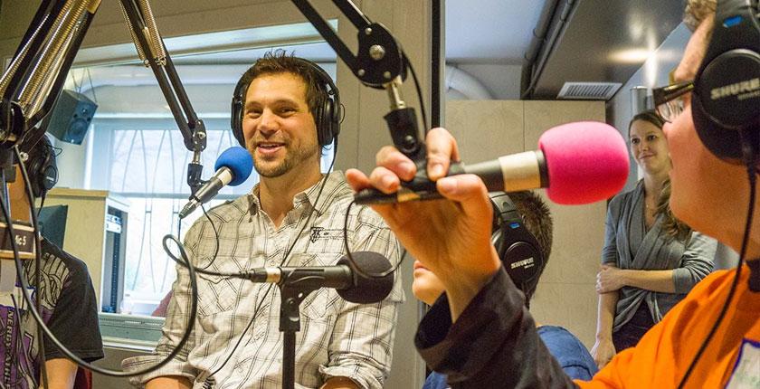 Frédéric Charpentier au micro de la station de radio Citécoute Boscoville