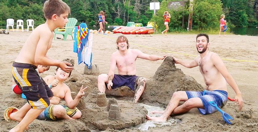 Dons de la Police militaire - jeux dans le sable