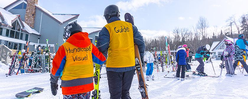 Ski La Réserve 2018 - Skieur et guide près du chalet