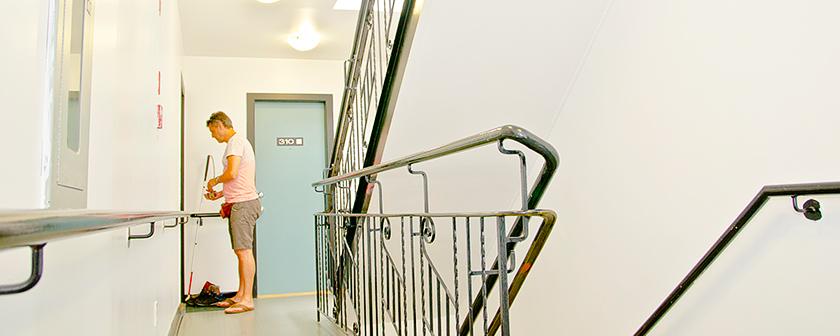 Habitation - Personne dans un corridor d'une habitation adaptée