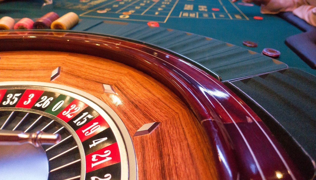 Image entête soirée casino avec une table de roulette