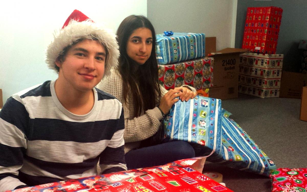 Deux jeunes avec les cadeaux de Noël
