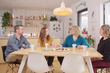 Des gens à une table qui discutent