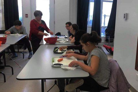 Photo d'un groupe du service des loisirs durant le cours de cuisine