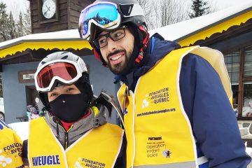 Un moniteur et un participant sourient à la caméra