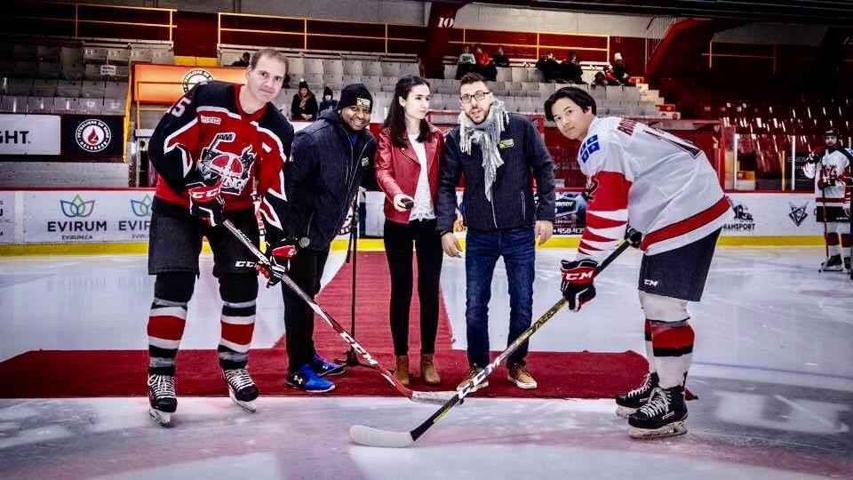 teve Joseph, Silya Kacel et Alexandre St-Arnaud en compagnie de deux joueurs de hockey sourient à la caméra