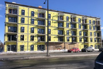 Photo d'une vue de la devanture de l'immeuble en construction sur la rue Sherbrooke