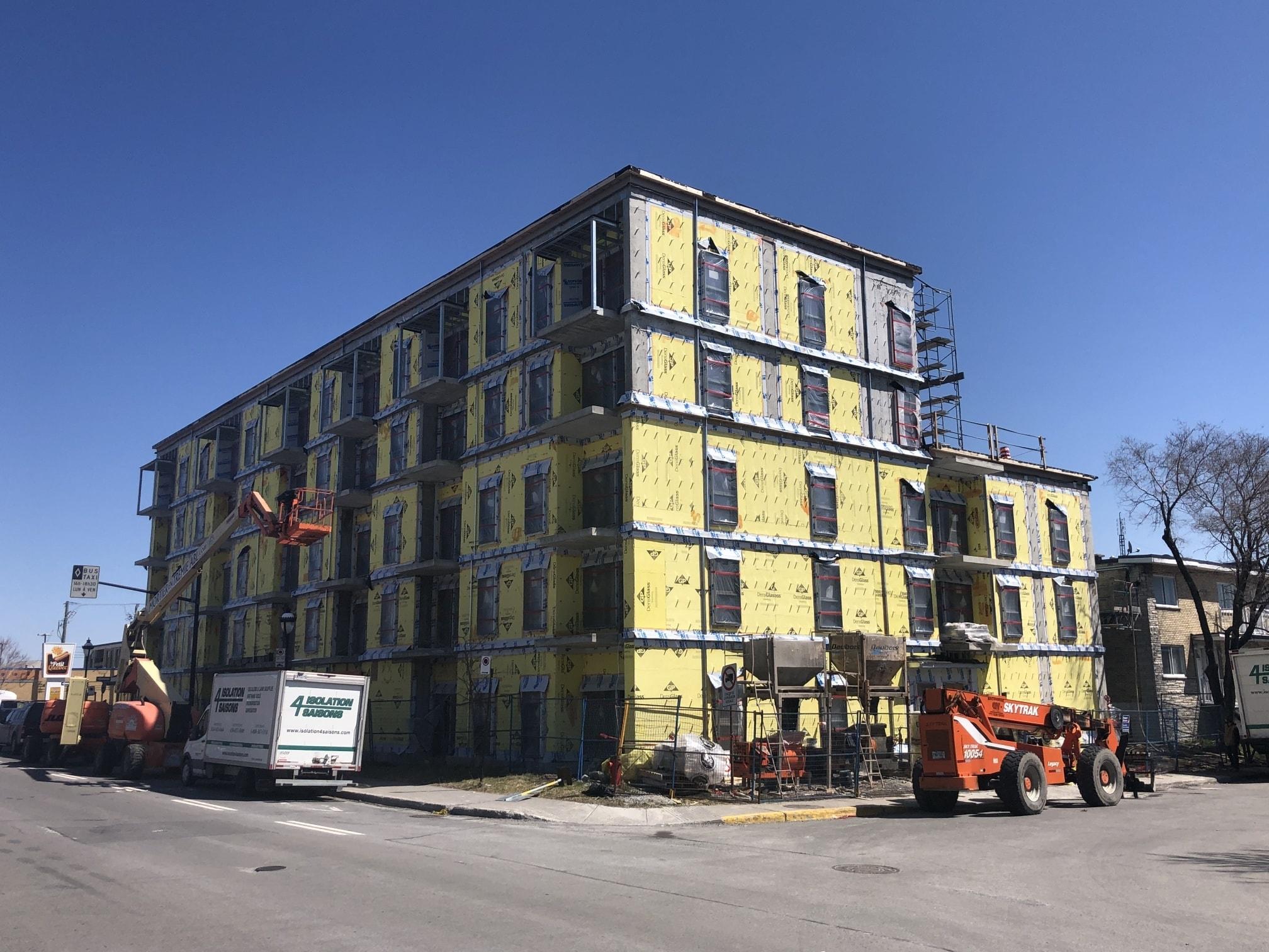 Une vue de côté de l'immeuble en construction.