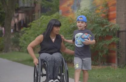 Photo d'une femme en fauteuil roulant accompagné d'un enfant