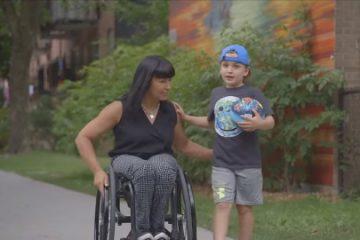 Photo d'une dame en fauteuil roulant accompagné d'un enfant