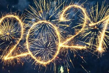 Sur un fond noir, le texte «2021» est écrit à l'aide de feux d'artifice.