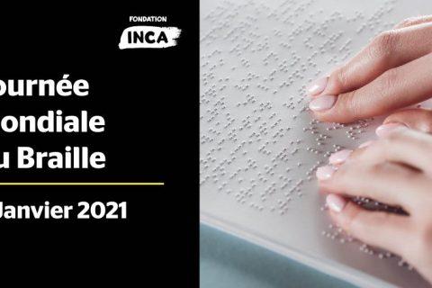 Une personne lit un texte en braille