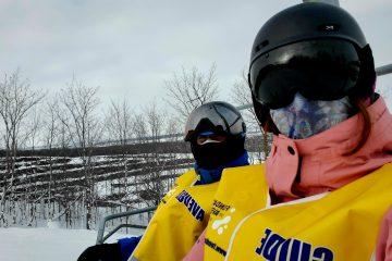 un égoportrait d'une accompagnatrice et d'un participant dans un remonte-pente lors d'une sortie de ski. Les deux individus portent un couvre-visage. Voir moins — partage une actualité COVID-19.