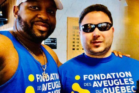 Monsieur Steve Joseph directeur des loisirs et monsieur Amine Bousbia responsable des habitations, prenant une photo en arborant tous deux, leur chandail de la Fondation des Aveugles du Québec.