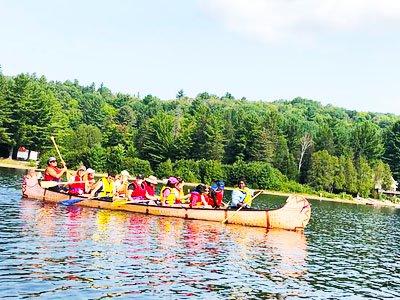 Description de l'image: Un groupe d'individu dans un canot rabaska.
